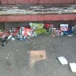 Aitoon bussipysäkki muuttui haisevaksi kaatopaikaksi