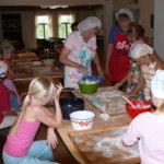 Lapset opettelevat piirakantekoa Äijälässä
