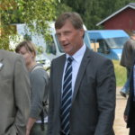 Jari Koskinen (keskellä) avasi perinnepäivän. Sen jälkeen Antti-Jussi Mikkola ja Petri Urkko esittelivät ministerille näyttelyä.