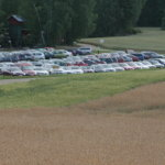 Oksalan puidut pellot täyttyivät autoista