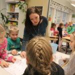 Opettaja Suvi Leppälä seuraa, että eläinperheet-peli pääsee hyvin alkuun.