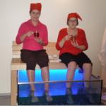 Viimsin kylpylässä oli tarjolla monenlaisia terveyshoitoja. Marjatta Savolainen ja Lilja Metsäranta koittavat pysyä teemukit käsissä paikallaan, kun kuollutta ihosolukkoa näykkivät tohtorikalat kutittavat jalkoja.