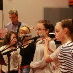 7A:n laulajat värittivät Liisa Akimofin Kevät-kappaletta myös huilulla.