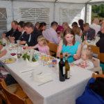 Ruoka maistui niin nuoremmille kuin vanhemmillekin vieraille. Ulkosalla katoksen alla vietetyissä häissä oli yli 140 vierasta.