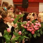 Apulaisrehtori Leena Muukka-Jokinen tarvitsi sylillisen ruusuja, kun hän kukitti ison esiintyjäkaartin.