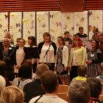 Opettajien kuoro esitti kevätkonsertin päätteeksi Täällä Pohjantähden alla.