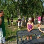 Vilpeilän koululla oli väkeä kesälomallakin, kun uudistunutta kenttää vihittiin käyttöön.