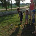 Lapsilla oli oma petankkisarja, samoin pussihyppy ja kolmella jalalla juoksu. — at Vilpeilän koulu.
