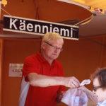 Olli Käenniemi kauppasi juhlakansalle mansikoita.