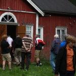Kyläkävelyllä päästiin tutustumaan Alkmanin taloon. Kovat oksan kohdat pistävät esiin vajaan 150 vuoden aikana hioutuneista lautalattioista.