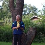 Hannu Uotila esitteli muinaista uhrimäntyä.