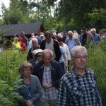 Letka venyi pitkäksi, kun kyläkävelijät suuntasivat Mälkilän raitille.