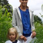 Pälkäneen kesäasukkaat, neljävuotias Lotte Lehto ja Annu Laaksonen viettivät kesäpäivää maissilabyrintissä.