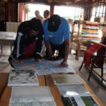 Jaakko Simolan kokoama Myttäälän ja Mälkilän kylänäyttely houkutteli kiinnostuneet pitkäksi aikaa karttojen ääreen.