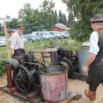 Maamoottorit ovat perinnepäivän perinteistä kalustoa. Niillä toimivat sirkkelit, puimakoneet ja muut voimantarvitsijat. Olympia-merkkisen moottorin jäähdytysvesi roiskuu kuin Niagara, naureskelevat koneenkäyttäjät Matti Lehto (edessä) ja Aarno Kämppi.