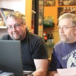 AhonSyrjä on paitsi kyläkauppa, myös tietokonehuolto. Rautajärveläinen Jukka Tähkänen käy Seppo Ahosen kanssa läpi kirjanpito-ohjelman asetuksia ja toimintaperiaatteita.