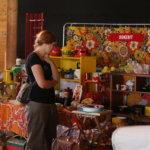 Kauppiaat rakentavat näyttäviä osastoja vaivoja säästämättä.