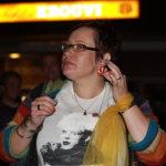 Marja Pellinen esittelee vanhoja Dingo-korviksiaan. Käsivarsiinsa hän solmi vanhat sifonkihuivinsa.