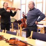 Mäkelä esittelee viuluja konsertin päätteeksi