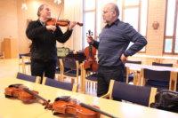 Simo Vuoristo (vasemmalla) esittelee sunnuntaisessa konsertissa, millaisia arvosoittimia Jaakko Mäkelä Luopioisissa rakentaa.