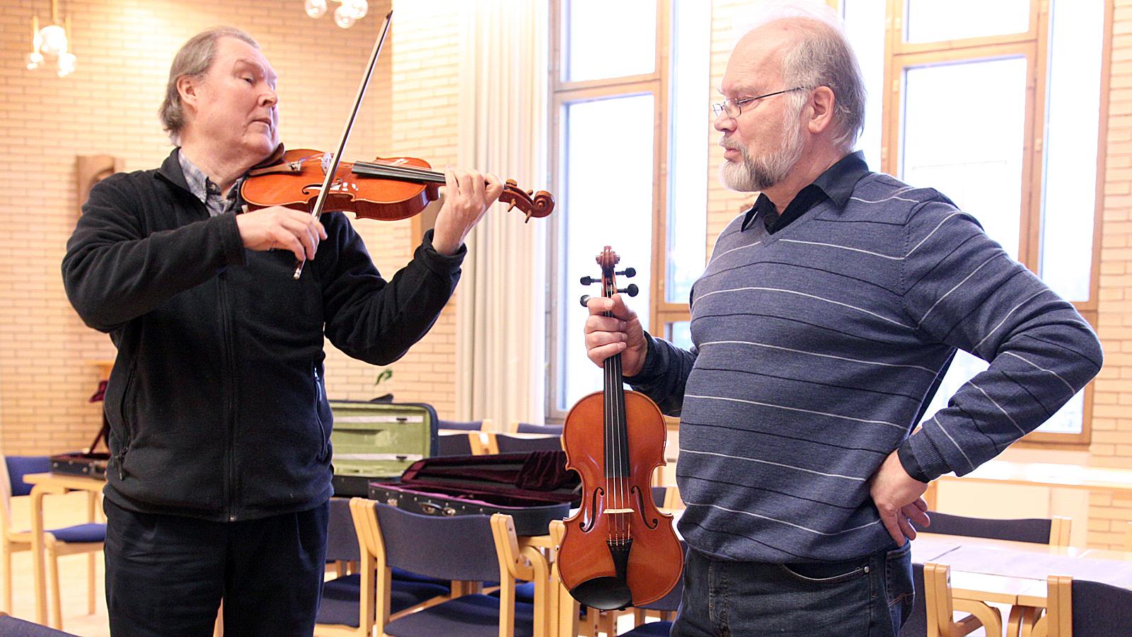 Simo Vuotisto (vasemmalla) on innoissaan konsertista, jossa hän pääsee esittelemään Jaakko Mäkelän viuluja.