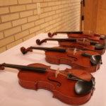 Konsertissa kuullut viulut asetettiin soittojärjestyksessä kuulijoiden ihasteltavaksi.