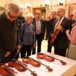 Konsertin päätteeksi Jaakko Mäkelä esitteli kuulijoille viuluja ja niiden rakentamista.