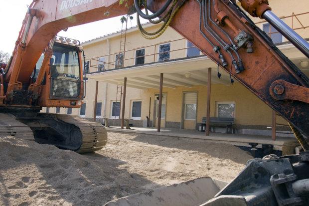 Luopioisten Kirkonkylän koulun sisäilma- ja kosteustutkimukset, puhdistuslaitteet ja ulkoalueiden muutostyöt aiheuttivat 25 000 euron ylityksen teknisen toimen määrärahoihin.