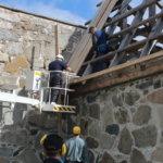 Vihdoin paikoillaan! Kauan varastoituna olleet kattolaudat pääsivät oikeaan käyttöön.