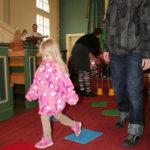 Temppuradalla Annika Soukkio. Isä-Joni seuraa vieressä, miten tyttö pärjää.