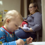 Puolitoistavuotias Aleksi Syrjä (etualalla) on ollut reipas isoveli. Erja Soinin käsityksen mukaan tyttö oli Aitoon ainoa vauva viime vuonna.