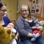 Vauvat on tullut muskariin, pikkuväki laulaa Pihla Hailin ja Erja Soinin pikkuisille. Hailin vajaan kuukauden ikäinen tyttö ei innostu itseä isommasta käsinukkeoravasta, joka kiertää esittäytymisen aikana lapselta toiselle.