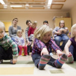 Roki Haataja, Ronja Haataja ja Maisa Haataja leikkivät ja lauloivat muskarihetkessä.