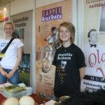 Aura Rapatti ja Jenna Syrjynen esittelivät Pälkäneen matkailutäkyjä Pälkäne palvelee ja tuottaa -näyttelyssä 2009.