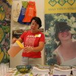 Marja-Leena Kärkkäinen tarjoili vuoden 2009 Pälkäne palvelee ja tuottaa -näyttelyssä Anna Tapion koulun osastolla raparperisimaa.