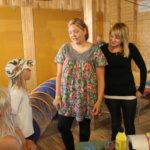 MLL:n lapsenkaitsijat tekivät kasvomaalauksia ja leikittivät pienimpiä messuvieraita vuoden 2009 Pälkäne palvelee ja tuottaa -näyttelyssä.