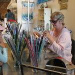 Kukkian Kädentaitajien osastolla pääsi vuoden 2009 Pälkäne palvelee ja tuottaa -näyttelyssä seuraamaan lasihelmien valmistusta.