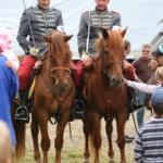 1920-luvun luurankotakkeihin sonnustautuneet rakuunat kävivät esittelemässä hevosperinnettä.