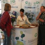 Marjatta Stenius-Kaukonen (vasemmalla) irrottautui hetkeksi diabetesyhdistyksen osastolta ja kävi Mikko Iisakkilan sekä Sanna Lahtisen juttusilla.