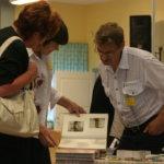 Haltian kylän kuva-albumit kiinnostivat vuoden 2009 Pälkäne palvelee ja tuottaa -näyttelyssä.