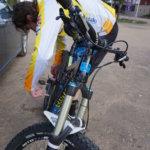 Liikkeelle lähdössä. Jyri Nousiainen rasvaa maastopyöränsä ketjut ennen kuin suuntaa pyörällään maastoon.