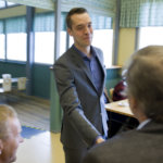Jouni Ovaska toi Keskustan Pirkanmaan piirin kokoukseen Honkalaan terveisiä hallitusneuvotteluista. Ovaska kävi heti hallitusneuvotteluiden alkajaisiksi EU-linjauksia läpi perussuomalaisten Timo Soinin kanssa. Kun EU-ryhmä sai työnsä valmiiksi, hämeenkyröläinen jatkoi koulutustyöryhmässä.