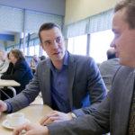Hallitusneuvottelija Jouni Ovaska ja sastamalalainen kansanedustaja Pertti Hakanen poikkesivat lauantaina Keskustan Pirkanmaan piirin kokouksessa Honkalassa.