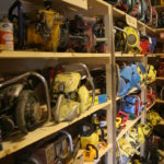 Tapio Körhämö on kerännyt museoonsa eri aikakausien moottorisahoja.