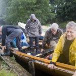 Tämänkesäiseen tyyliin Ainon ensisoutu päättyi vesisateeseen. Vielä lohduttomampi sää oli sunnuntaina, kun uudella kirkkoveneellä piti ensi kertaa lähteä kirkolle.