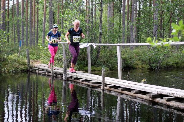 Elina Salo ja Soili Hirvonen taittoivat taivalta yhtä matkaa kesän 2015 Sappee Trail Runissa.