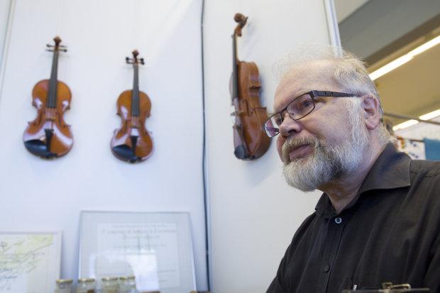 Jaakko Mäkelä esitteli viulujaan elokuisessa Pälkäne tuottaa ja palvelee -näyttelyssä.