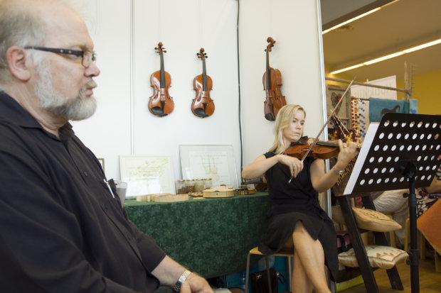 Pälkäne tuottaa ja palvelee -näyttelyn yleisö pääsi elokuussa kuulemaan Jaakko Mäkelän palkittuja arvosoittimia, kun hänen tyttärensä Petra Sundström esitteli niiden sointia.