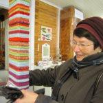 Käsityönopettaja Rauni Tiililä ihastelee neulegraffitia Oriveden opiston vierailulla.