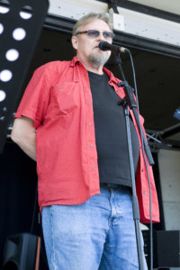 Hannu Laaninen havahtui vanhoilla päivillään siihen, miten upeita sanoituksia vuosikymmenten ajan soitetuissa biiseissä olikaan. Runokaraokessa hän innostaa muitakin lausumaan rock- ja iskelmälyriikoita sekä muita suosikkitekstejä.